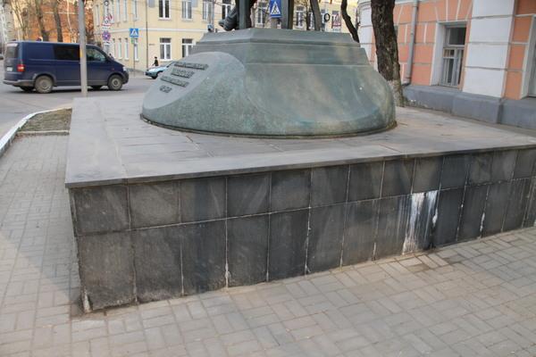 Памятник Чижевскому Калуга Гранит Габро